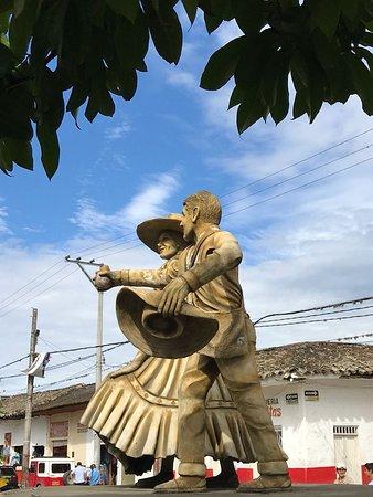 La Plata, Colombia: Monumento al paso Paez,danza regional.