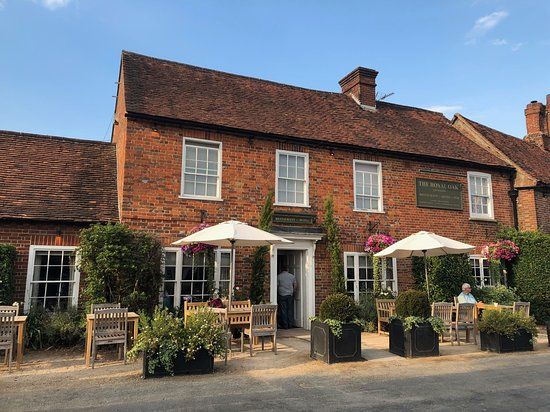 Yattendon, UK: The charming exterior of The Royal Oak.