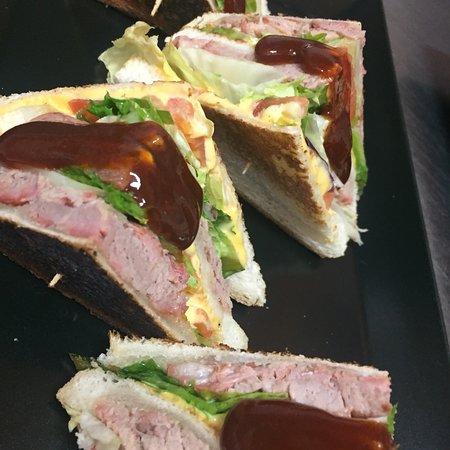 Robbio, Italy: La Fiorentina, il Pulled Pork nel club sandwich e scomposto!