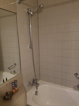 Douche de la salle de bain. Déco vieillissante, ensemble de douche d'une autre époque mais bon é