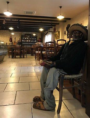 Pieusse, Francia: notre ami bob qui veille a l'entée de la salle