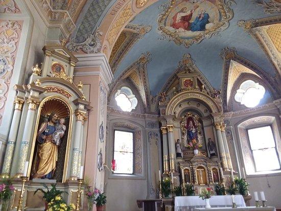 Glorenza, อิตาลี: Interno Chiesa molto decorato ed affrescato