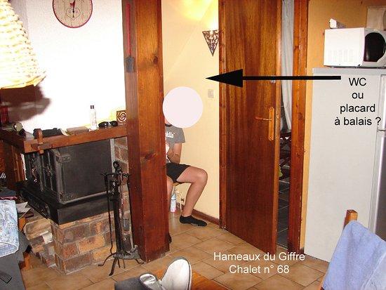 Les Hameaux Du Giffre : WC minuscule et inconfortable. A proscrire à toute personne dont l'IMC est supérieur à 30