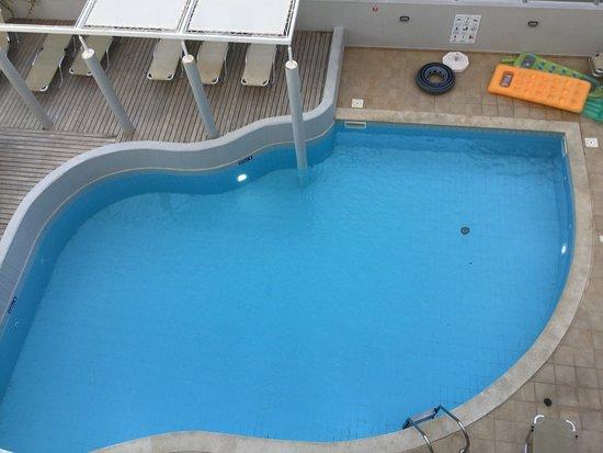 Zwembad Op Balkon : Uitzicht op zwembad vanaf balkon picture of alia beach hotel