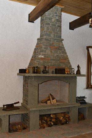 Petrele, Albanien: The fireplace inside the dining area