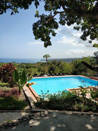 Sumba Nautil Resort: piscina con vista