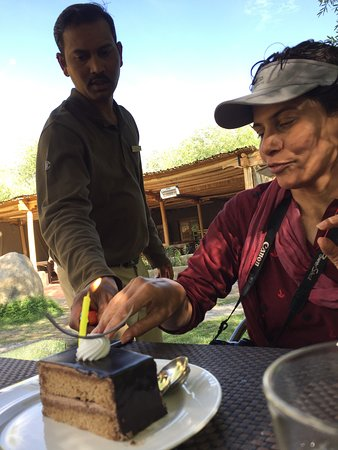 Thiksey, Indien: Birthday girl cuts a pastry :)