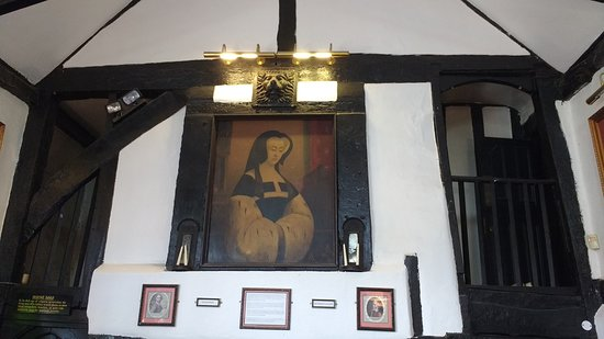 0e6d4fbc7b8 The Old Manor Bracknell has a priest hole from 400 year ago ...