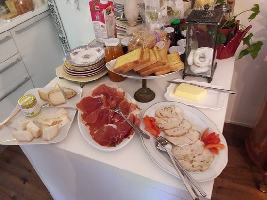 Gambettola, Italia: Breakfast feast again (savory section)