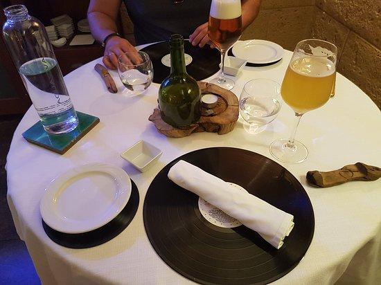 Algarinejo, Spain: La mesa, con vinilos auténticos a modo de salvamanteles