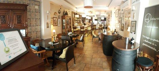 Algarinejo, Spain: El restaurante, zona de la barra y el bar al fondo