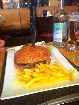 Hotel Restaurant Holiday Thun: Grosser Burger mit Pommes