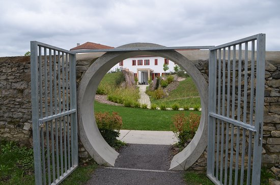 Saint-Palais, Frankrike: L'entrée du jardin depuis le parc du kiosque