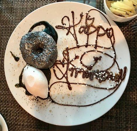 Skaneateles, Estado de Nueva York: Yuzu Sesame Donut Yuzu Glaze, Charred Coconut, Coconut Sorbet, Black Sesame Tuile