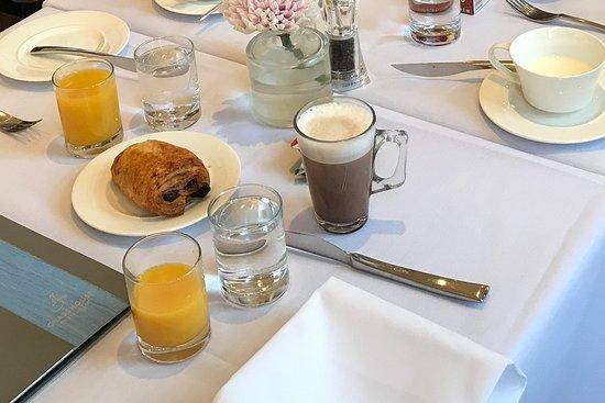 Oakley, UK: Starting breakfast with fresh orange juice and hot chocolate