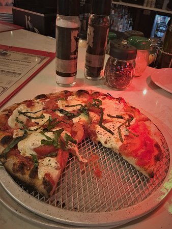 Capone's Coal Fired Pizza: Margarita pizza
