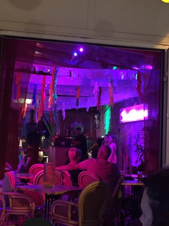 Sanddancers Bar: Electric atmosphere x