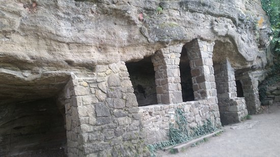 Baratlakasok: Tihany cave dwellings
