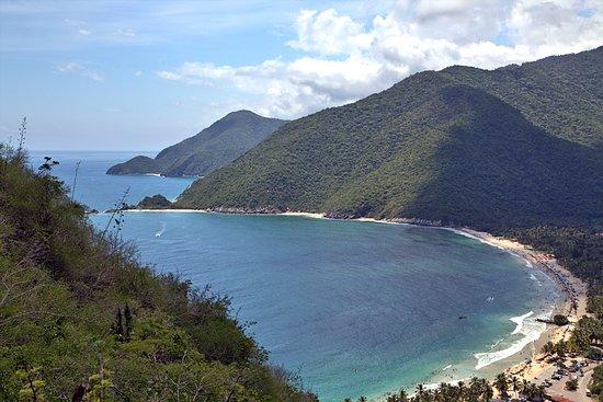 Central Region, Venezuela: Vista desde la carretera llegando a la playa... Es un pequeño mirador
