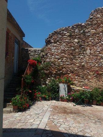 Centro storico: Ruderi del Castello Normanno