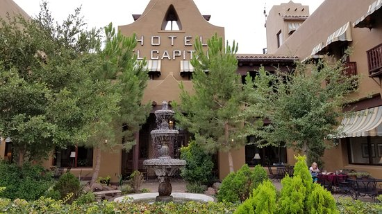Van Horn, TX: Hotel and courtyard