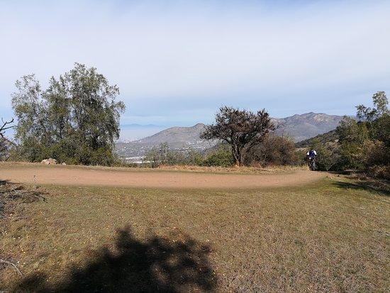 Lo Barnechea, Chile: Abajo Santiago y el cerro Manquehue.