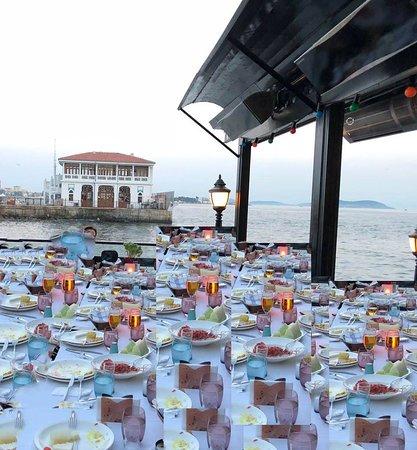 Moda Kayikhane Cafe - Bar & Event Hall: çoğaltılmış masa düzeni. Moda iskele manzarası