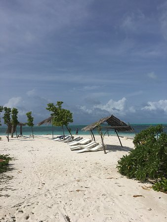 Dhiffushi Island: bikini beach