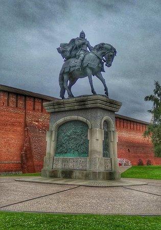 Statue of Dmitriy Donskoi : Красивый памятник у кремля, как напоминание о Руси, которая не всегда была Великой.