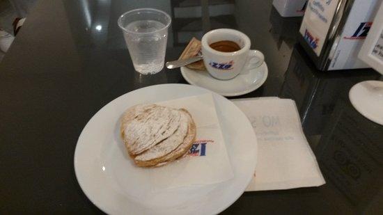 Mo' Si Caffetteria Alla Vecchia Maniera: Colazione con sfogliatella riccia e caffè