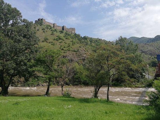 Maglic Fortress: Pogled na Maglič iz doline