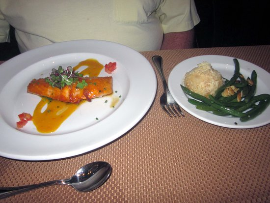 Gwynedd, PA: Grilled Salmon entree included green beans & potatoes au gratin
