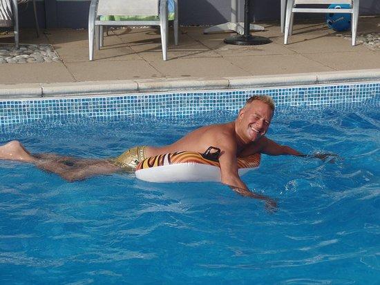 Aylmerton, UK: Enjoying the pool