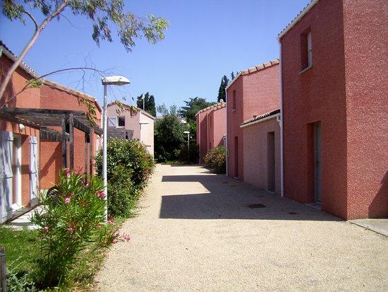 Saint Christol, Francja: rue piétonne d'un côté les terrasses de l'autre les entrées
