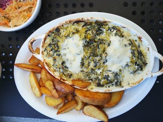 Restauracja CEZAR: Ryby pieczone - dorsz w porach z gorgonzolą i mozzarellą + surówki