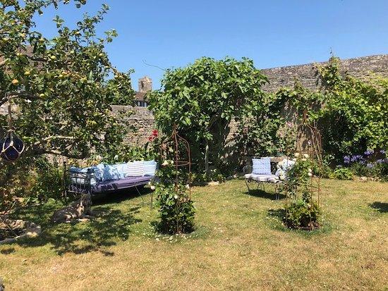 Lion-sur-mer, Prancis: Un petit salon dans le jardin