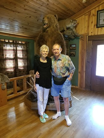 Meeteetse, Вайоминг: Phyllis, Jerry, and the Kodiak bear mount in the 4-bears B & B, livingroom