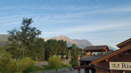 Aspen Inn & Suites: View from room of mountains and River House Restaurant next door