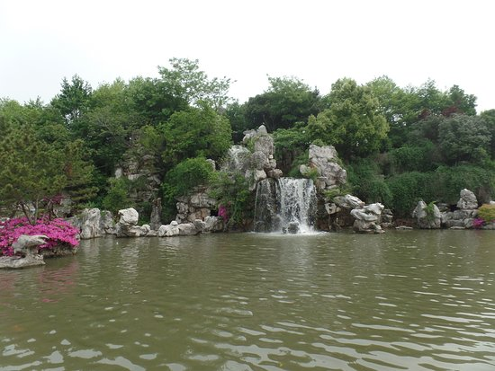 Yixing, Kina: De waterval aan de ingang van het park