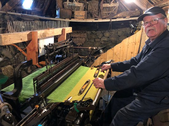 Carloway, UK: Harris Tweed Weaver at Blackhouse Village Museum