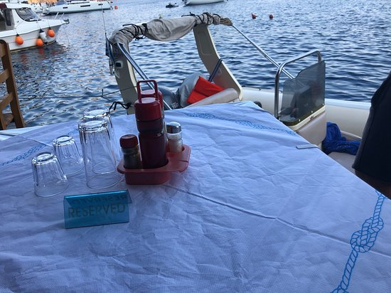 ‪‪Thirassia‬, اليونان: Our reserved table, and that is our boat docked right next to it‬