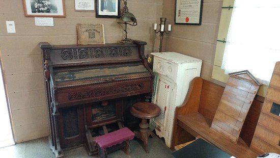 Clarksburg, Canada: An old piano and church bench.