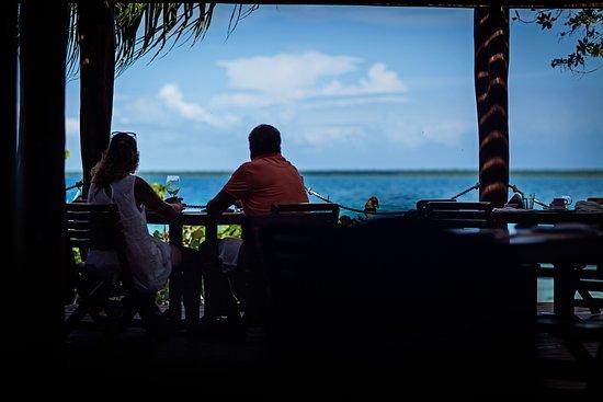 """Terraza del restaurante """"Los Hechizos"""" frente a Laguna Bacalar"""