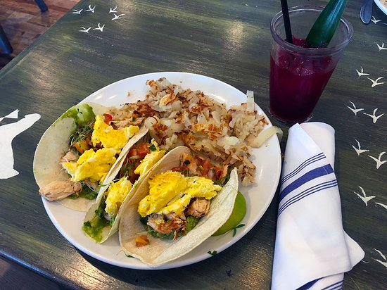 Elk River, Миннесота: The breakfast tacos are wonderful. Served with hash browns. A full plate of farm fresh breakfast