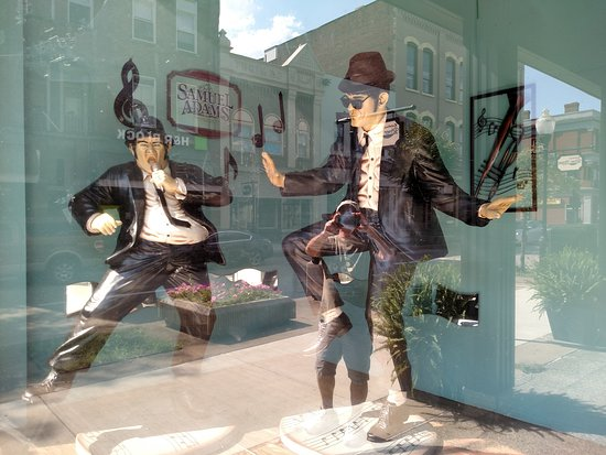 Charleroi, Πενσυλβάνια: Cool Blues Brothers statues by entrance