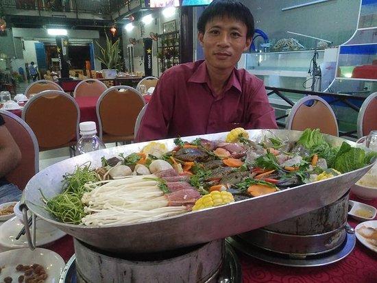 Tỉnh Phú Yên, Việt Nam: Nồi lẩu tiến vua tại Nhà hàng hải sản Nguyễn Văn