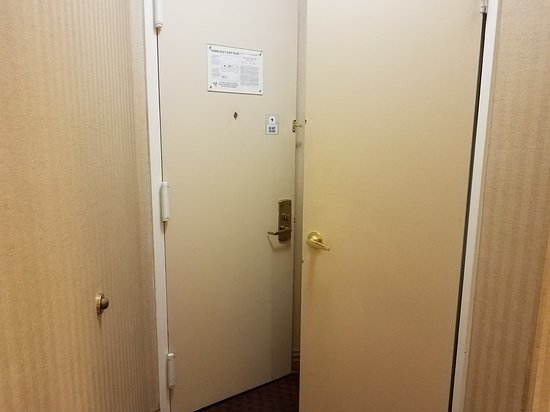 Broadway at Times Square Hotel: Front and closet door - you can't open both in the same time