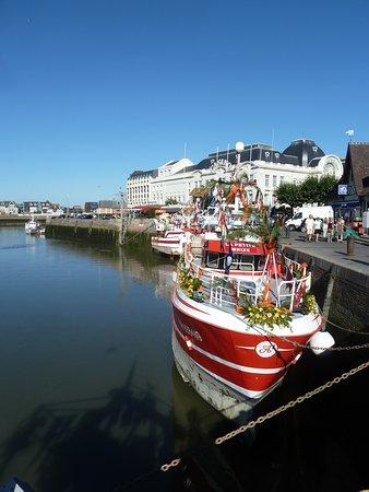 Canapville, ฝรั่งเศส: Fournisseurs du poissons du jour