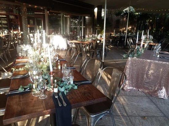 Kloof, Νότια Αφρική: The staff assist in table settings