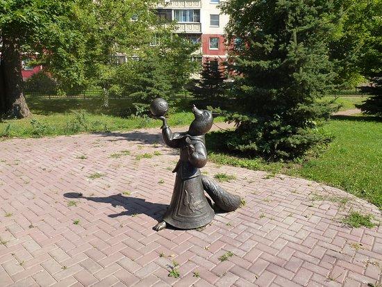 Lisa i Kolobok Sculpture